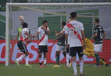 El gol de Roberto Rojas, defensor de River Plate. Foto: AFP