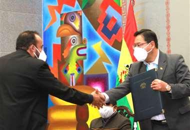 El jefe de Estado en la firma del contrato I Presidencia.