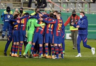Ter Stegen es felicitado por sus compañeros del Barcelona. Foto: AFP