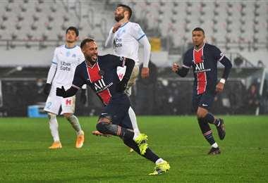 La celebración de Neymar que hizo un gol ante el Marsella. Foto: AFP