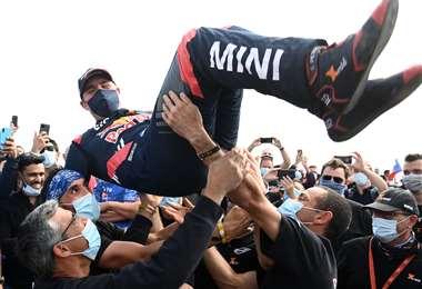 La felicidad de Peterhansel al ganar una nueva edición del Dakar. Foto: AFP