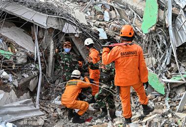 Indonesia sufre por las muertes de sus ciudadanos a causa del temblor. Foto. AFP
