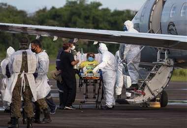 Pacientes con Covid-19 de Manaus son llevados vía áerea a otras regiones/Foto: AFP
