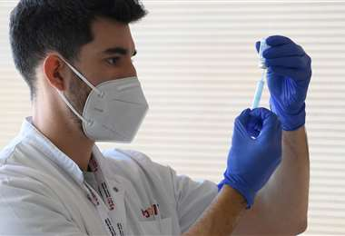 Un trabajador de salud alista la vacuna anticovid Moderna/Foto: AFP