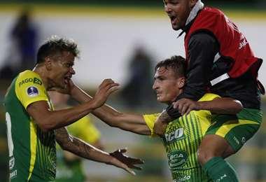 El festejo de Braian Romero con sus compañeros tras su gol ante Coquimbo. Foto: AFP