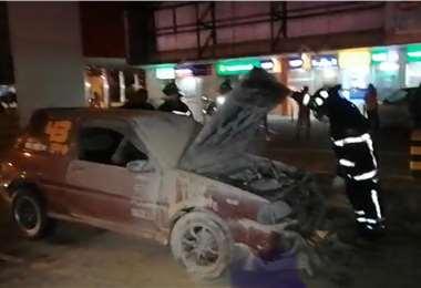 El fuego afectó buena parte del vehículo
