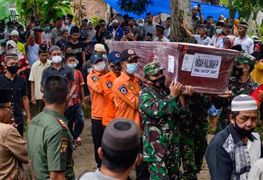 Un terremoto dejó luto y dolor en cientos de familias de Indonesia. Foto. AFP