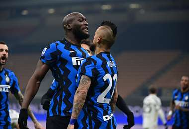 El singular festejo de Vidal y Lukaku, jugadores del Inter de Milan. Foto. AFP