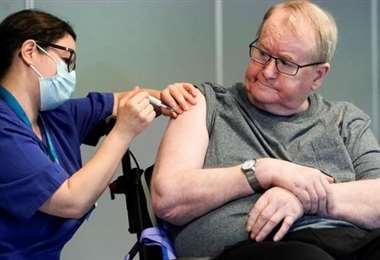 Un hombre recibe la vacuna en Oslo, Noruega