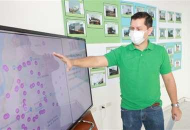 Alberto Vaca muestra la ubicación de las 90 gigantografías en la ciudad