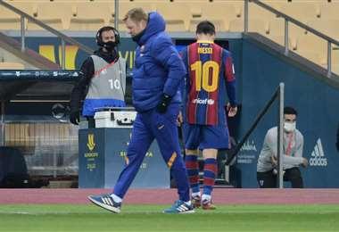 Messi rumbo a los camarines. Este domingo fue expulsado. Foto: AFP