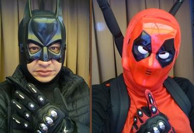 El profesor Villarroel con dos de sus disfraces de súper héroes. Foto. Internet