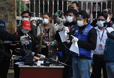 Los periodistas acuden a las conferencias de prensa con barbijos y gafas. Foto. Internet