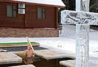Putin se baña en agua helada para celebrar la Epifanía ortodoxa