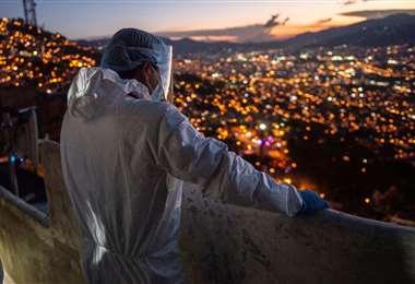 Un paramédico espera por paciente con Covid-19 en Medellín/Foto: AFP