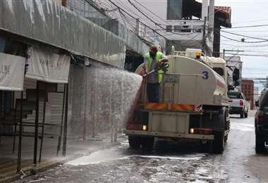 Limpieza en el mercado Siete Calles . Foto: Juan Carlos Torrejón