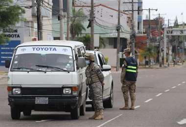 Policías y militares controlan en el primer día de ley seca/Foto: Jorge Gutiérrez