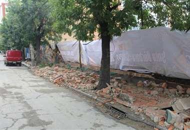 Un muro cayó en la avenida 20 de octubre. GAMLP