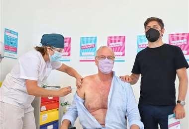 El ministro de Salud de la provincia de Buenos Aires recibe la vacuna