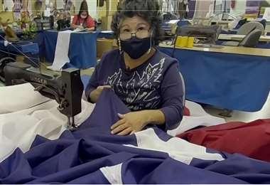 Rodríguez completa varias banderas desde su lugar de trabajo. Foto: Telemundo