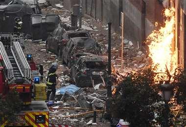 Bomberos intentan controlar el fuego en el edificio de Madrid/Foto: AFP