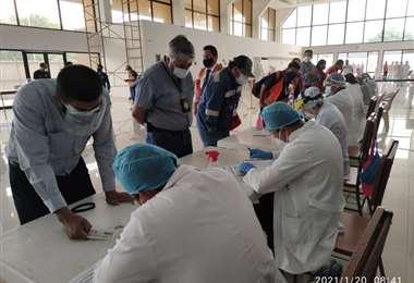 Personal médico realiza pruebas de antígeno en Viru Viru