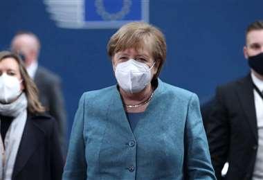 Ángela Merkel pide a sus ciudadanos usar solo barbijos quirúrgicos