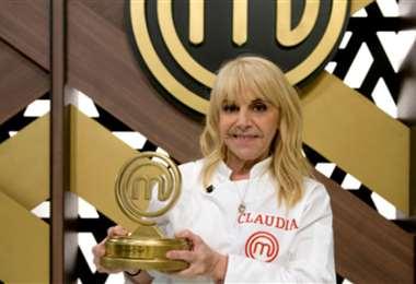 Claudia Villafañe levanta el trofeo de ganadora de Masterchef Celebrity Argentina