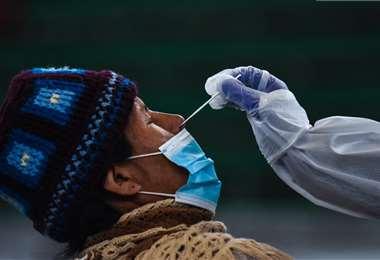 Las autoridades aceleran la detección de contagios, pero el virus avanza. Foto: ABI