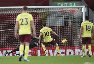 El gol de penal de Barnes y que sirvió para el triunfo del Burnley. Foto: AFP