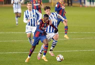 Dembélé se lleva la pelota ante la marca de un rival. Foto: AFP