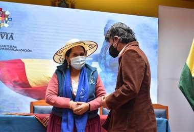 La ministra de Culturas Sabina Orellana saluda a Germán Monje en su posesión