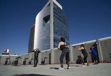 Los estacionamientos y parques sirven para los ejercicios. Foto AFP