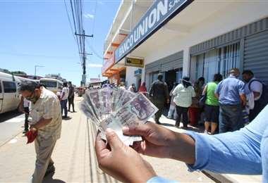 El pago de un bono, fue la primera medida del Gobierno (Foto: EL DEBER)
