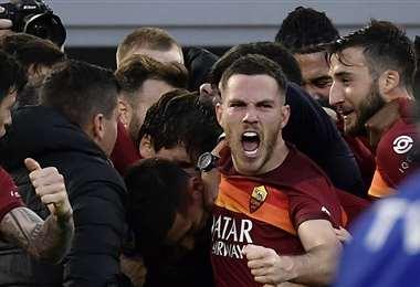 Eufórico festejo de los jugadores de la Roma. Foto: AFP