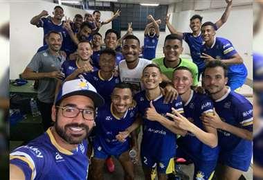 El presidente y los jugadores de Palmas durante un festejo. Foto: @PalmasFutebol