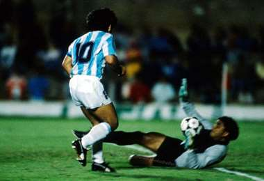 Luis Galarza achica ante Maradona en la Copa América Brasil 1991