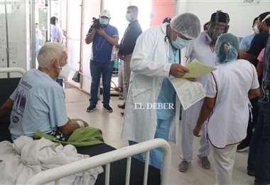 Pacientes son atendidos en pasillos dentro del Hospital El Bajío. Foto: J.C. Torrejón