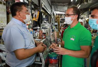 Roly (der.) visitó hoy el mercado de los ferreteros, en la zona de laTerminal Bimodal