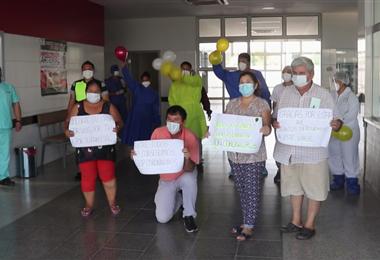 Las personas que vencieron al coronavirus salieron agradeciendo al personal de salud.