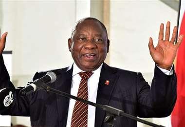 """Presidente sudafricano critica a países ricos que """"acaparan"""" vacunas anti-Covid"""