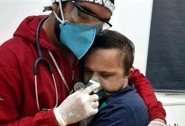 El enfermero Raimundo Nogueira, de 38 años, abraza a un paciente con síndrome de Down.