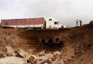 La capa asfáltica se cayó en el sector de Buena Vista. Foto. Soledad Prado
