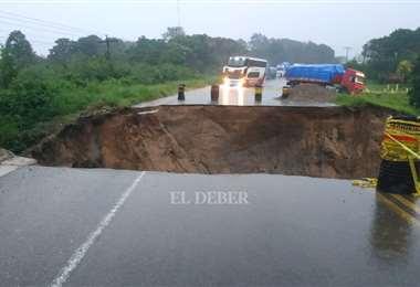 El agua se lleva un pedazo de la carretera en Buena Vista. Foto: Soledad Prado