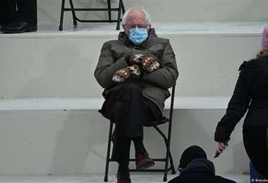 Foto de Sanders con manoplas recauda 1.8 millones de dólares para caridad