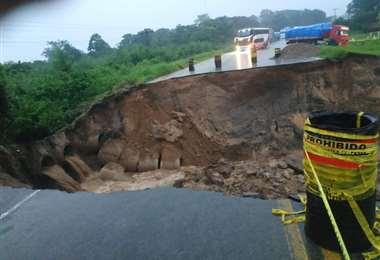 La lluvia se llevó un pedazo de la carretera en Buena Vista. Foto: Soledad Prado
