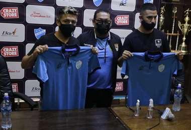 Sarmiento y Alderete con la nueva camiseta que utilizarán en Aurora. Foto: APG