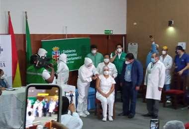 La enfermera Sandra Ríos recibe la dosis anticovid /Foto: EL DEBER