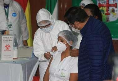 La enfermera Sandra Ríos recibe la vacuna Sputnik V/Foto: Juan Carlos Torrejón
