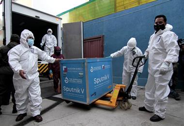 Las primeras vacunas rusas llegaron a la ciudad de La Paz. Foto. APG